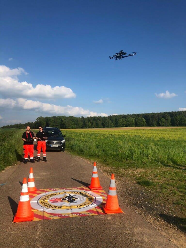 Multicopter-zur-Rehkitzrettung-im-Landeanflug